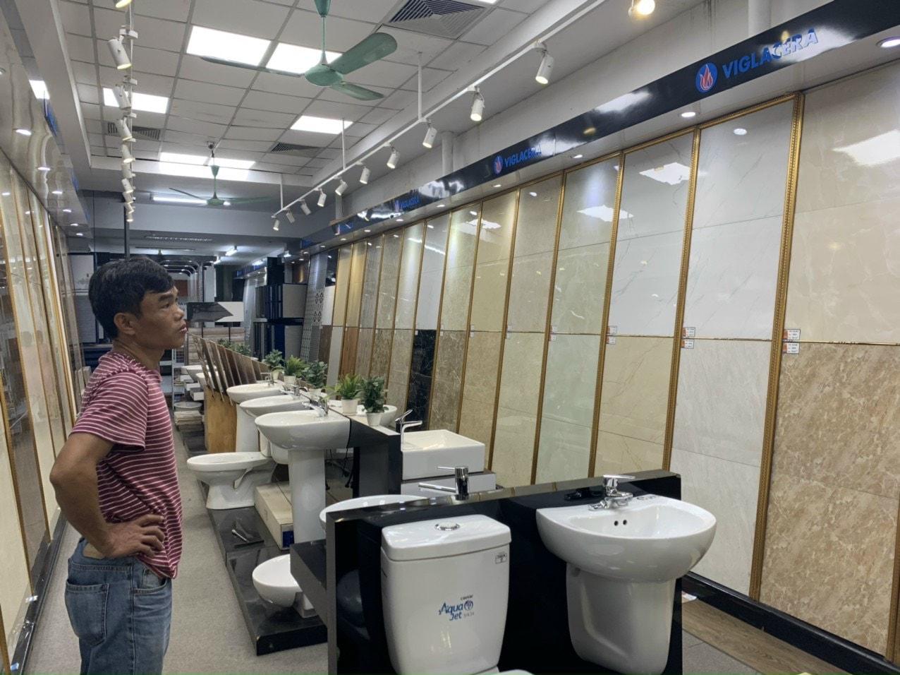 Anh Chương đến Showroom trưng bày gạch ốp lát, thiết bị nhà vệ sinh của Trường Sinh để xem mẫu.