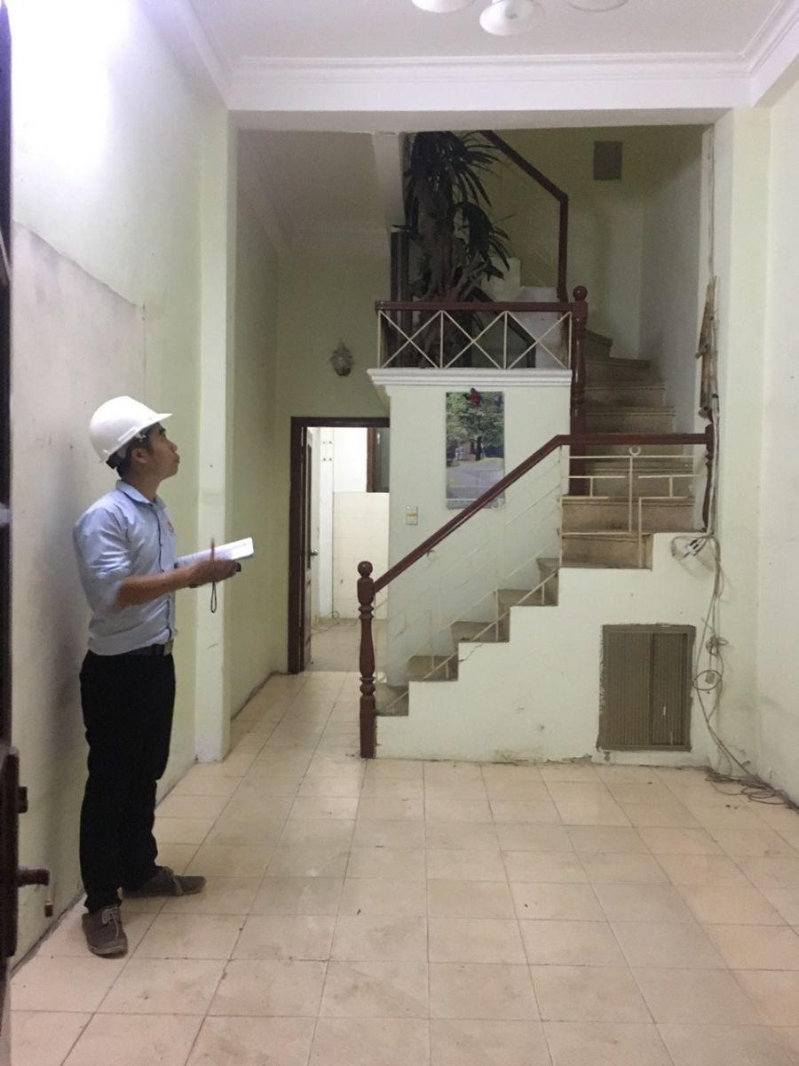 kiểm tra hiện trang ngôi nhà cần sửa chữa